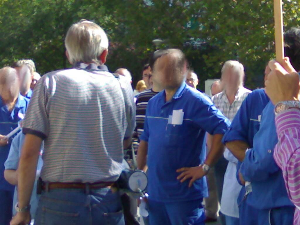 M S De Un Centenar De Trabajadores Protestan A La Puerta